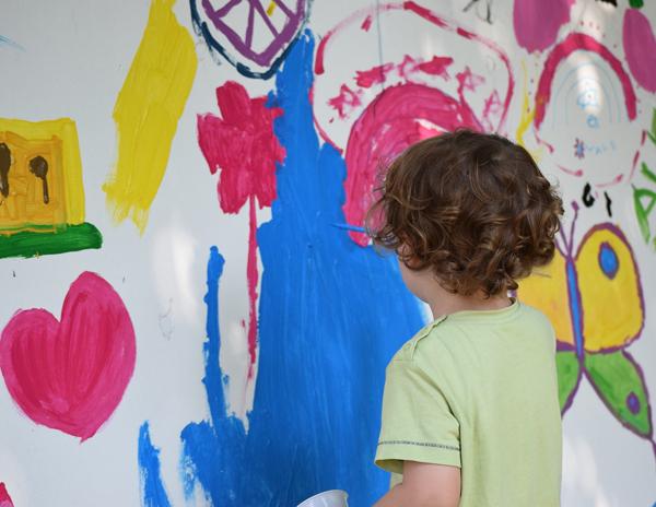 dítě maluje na stěnu