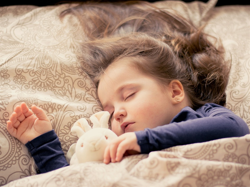malá holčička spokojeně spí