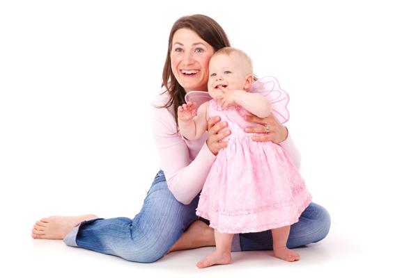 Jak naučit dítě chodit. Miminko s maminkou zkouší první krůčky
