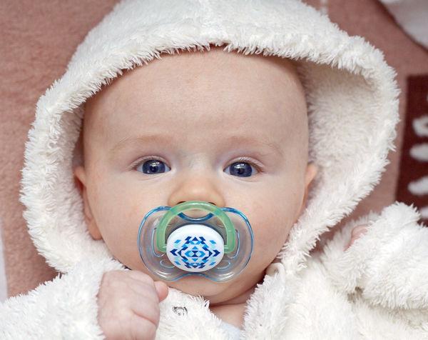 Jak naučit dítě od dudlíku? Ležící miminko s dudlíkem