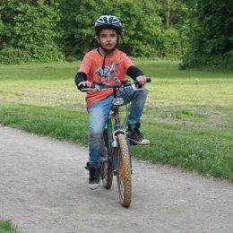 Dítě jede na kole.jak naučit dítě jezdit na kole