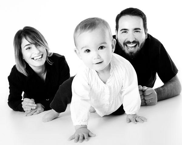 Miminko utíká po čtyřech před maminko a tatínkem. Jak naučit dítě lézt
