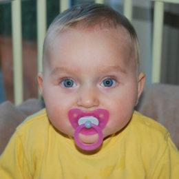 Jak naučit dítě od dudlíku? Miminko s dudlíkem v puse.