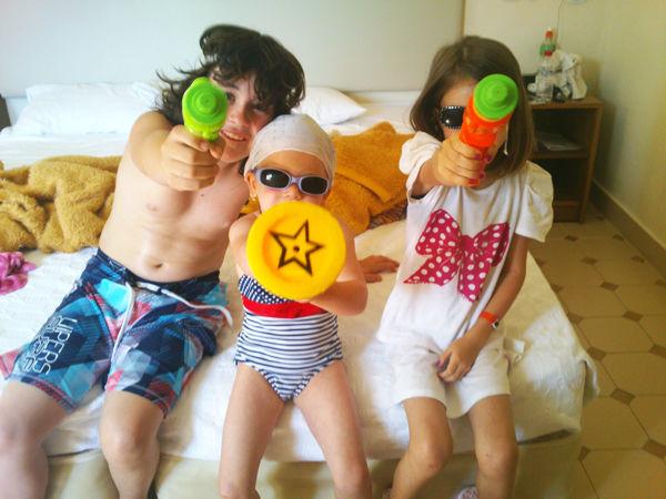 Tři děti s vodními pistolemi - jak naučit dítě plavat