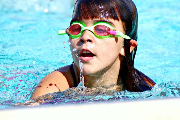 Dítě v plavacích brýlích.
