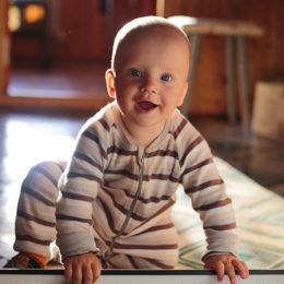 Sedící a smějící se dítě.
