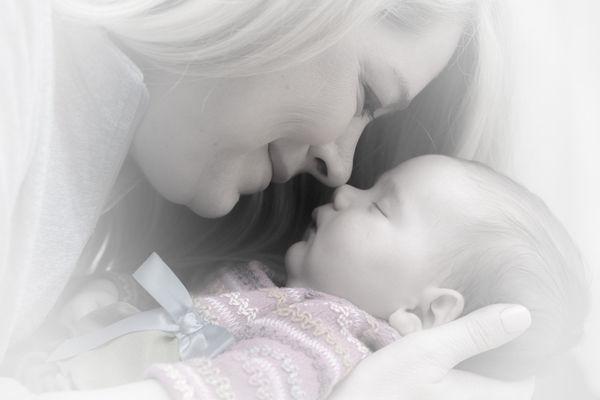 Fotografie: Maminka se usmívá na miminko.Jak naučit dítě spát celou noc