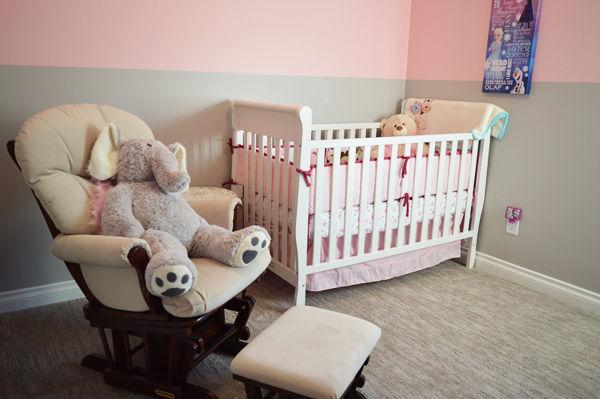 Jak naučit dítě spát v postýlce? Dětská postýlka v pokojíku pro děti s křeslem a plyšovým slonem.