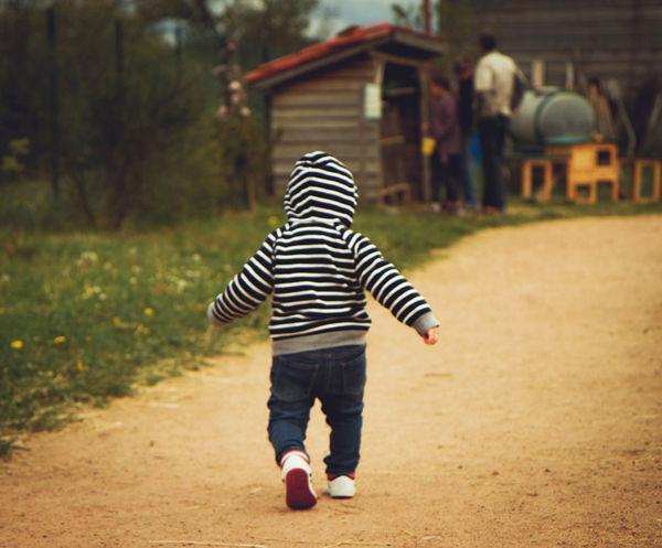 Jak naučit dítě chodit? Malé dítě zkouší své první krůčky