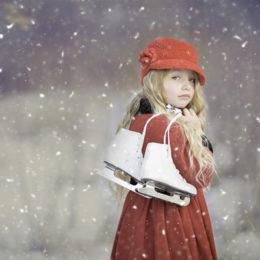 Fotografie holčičky s bruslemi - Jak naučit dítě bruslit