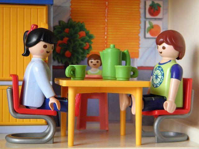 fotografie panáčků jak jedí u stolu