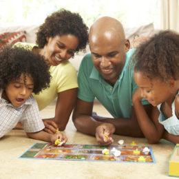Fotografie rodiny jak hrají stolní hru