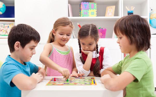Fotografie dětí u stolu při hraní hry