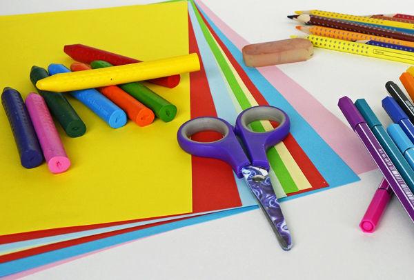 Fotografie nůžky s barevnými papíry
