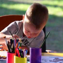 jak naučit dítě barvy - chlapeček si maluje