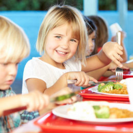 fotografie dětí jak stolují a jak naučit dítě jíst příborem