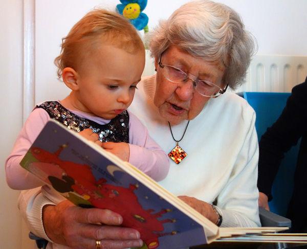 Fotografie babičky jak čte vnučce