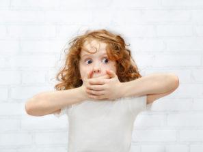 Fotografie holčičky, která si drží pusu