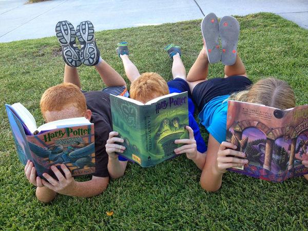 Fotografie dětí jak si čtou
