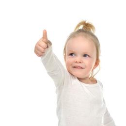 Jak naučit dítě ukazovat - fotografie holčičky, která ukazuje prstíkem před sebe.