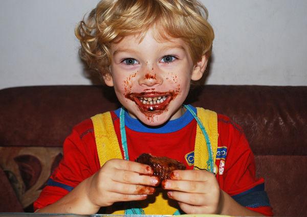 Fotografie chlapečka s pusou od čokolády.
