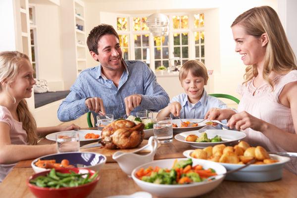 Fotografie rodiny u stolu