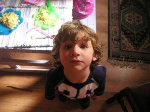 stolování s dětmi fotografie chlapečka u stolu