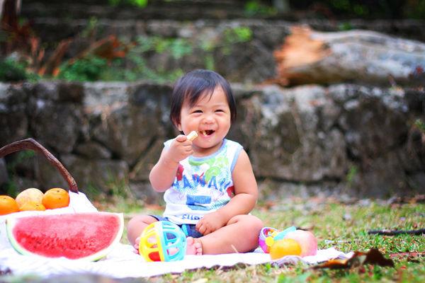 stolování s dětmi, fotografie holčičky jak jí na pikniku