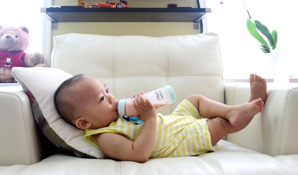 Fotografie chlapečka jak pije z flašky