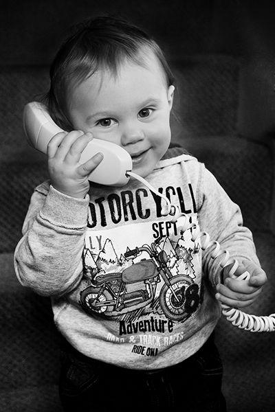 Fotografie dítěte s telefonem v ruce