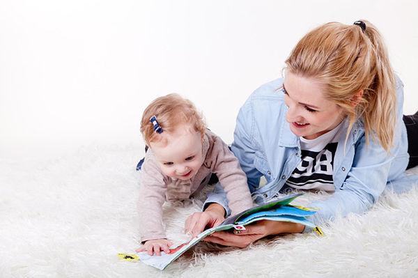 Fotografie maminky a holčičky jak si čtou knihu
