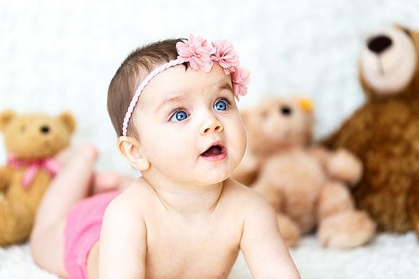 Fotografie dítěte jak se učí lézt po čtyřech