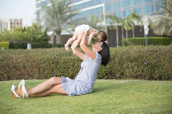 Fotografie maminky a miminka, jak naučit dítě lézt