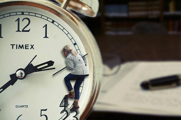 Fotografie pani a hodin - jak naučit dítě poznávat hodiny