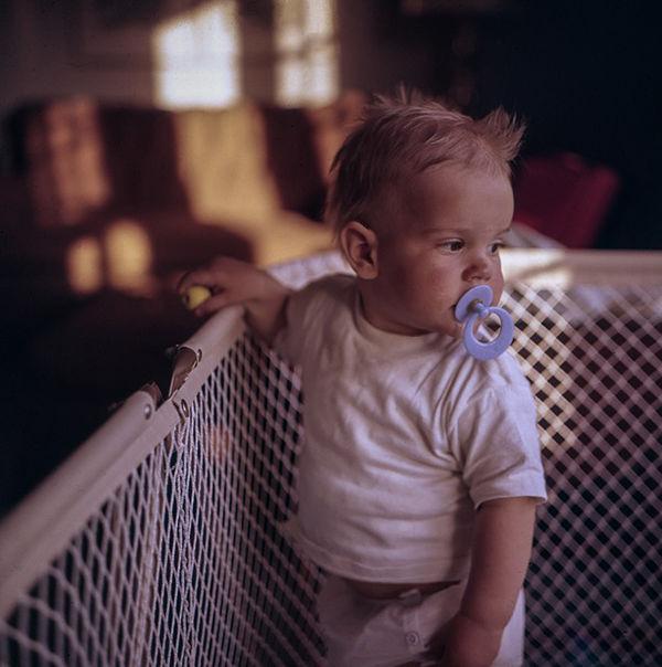 Fotografie miminka v postýlce - jak naučit spát dítě v postýlce