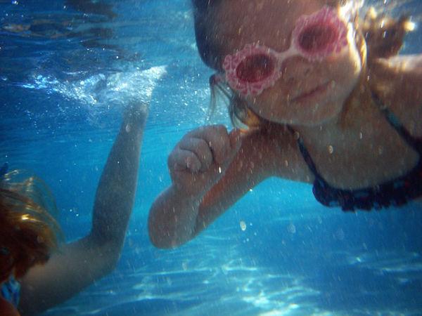 Fotografie dítěte jak se potápí jak učit dítě plavat