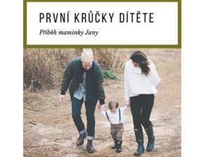 Fotografie maminka tatínek a dítě jdou po cestě nápis první krůčky dítěte příběh maminky Jany