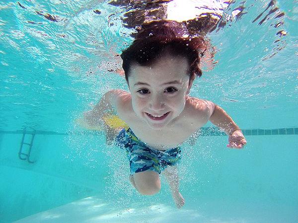 Fotografie dítěte jak se učí plavat, 7 tipů jak naučit děti plavat