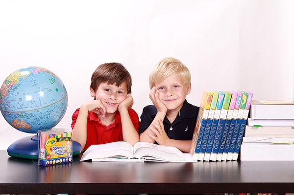 Fotografie dvou chlapců ve škole