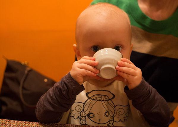 Fotgrafie dítěte jak pije z hrnečku jak naučit dítě pít vodu
