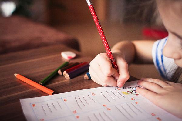 Fotografie ruky jak drží tužku a vybarvuje - Jemná motorika u dětí a její rozvoj