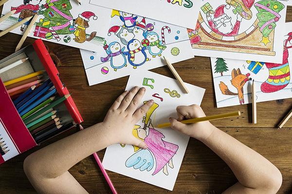 Fotografie ruce holčičky vybarvující obrázek