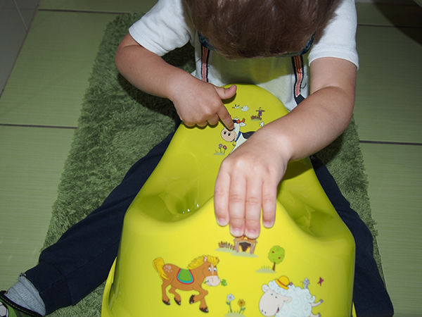Fotografie dítěte u nočníku - jak naučit dítě chodit na nočník