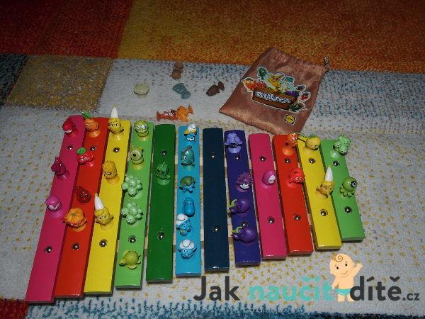 postavičky Stikiz z Lidlu nalapené na dětském dřevěném xylofonu
