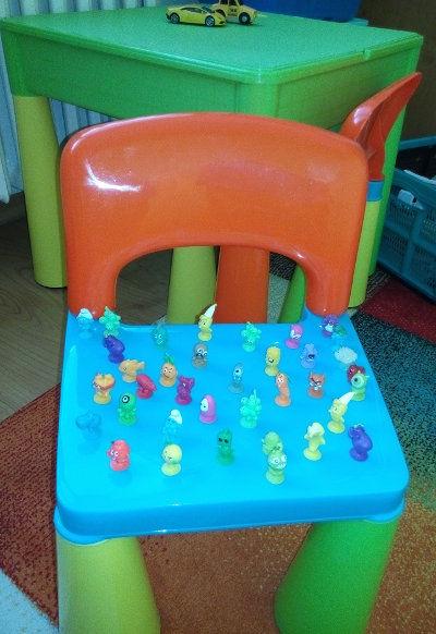 dětská židle polepená postavičkami Stikeez