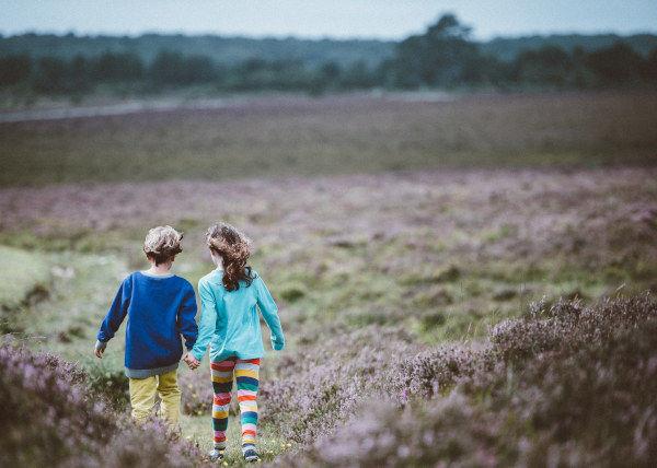 děti jdou po rozkvetlé louce a plní úkoly bojovky